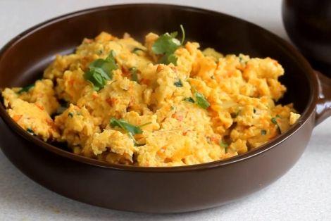 Jajecznica Hinduska - Propozycja na pożywne i oryginalne śniadanie. Jajecznica z dodatkami chili, szczypiorku, kolendry, imbiru i kurkumy jest bardzo aromatyczna. Smakowało? Zostaw nam swój komentarz:)
