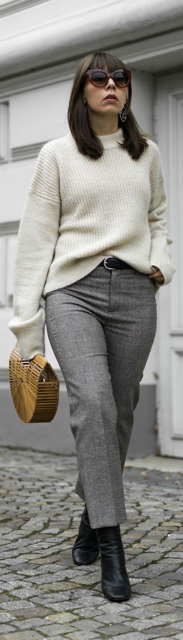 Übergangslook für die Zeit zwischen Sommer und Herbst. Karierte Hose, Strickpullover und Bambustasche kombiniert mit Ankle Boots.