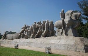 MONUMENTO ÀS BANDEIRAS – Obra de Victor Brecheret no Parque Ibirapuera possui 240 blocos de granito, cada um pesando aproximadamente 50 toneladas, com cinquenta metros de comprimento e dezesseis de altura.