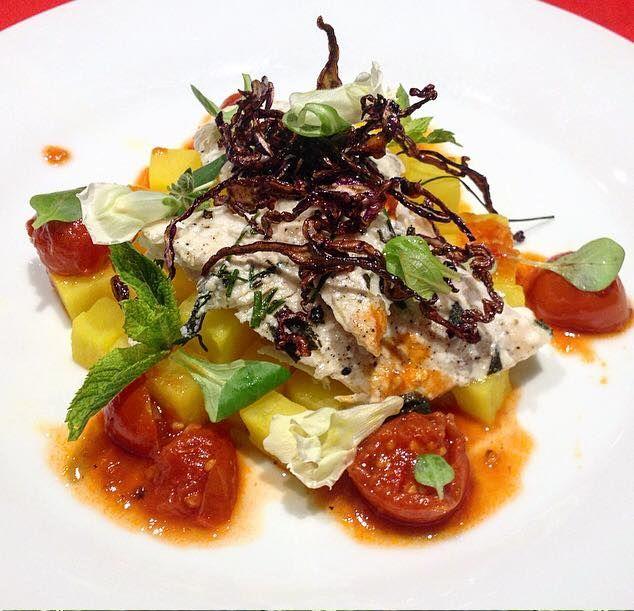 Filetto di tracina cotto a bassa temperatura in manto di erbette, patate allo zafferano, salsa alla mediterranea e cavolo rosso croccante.