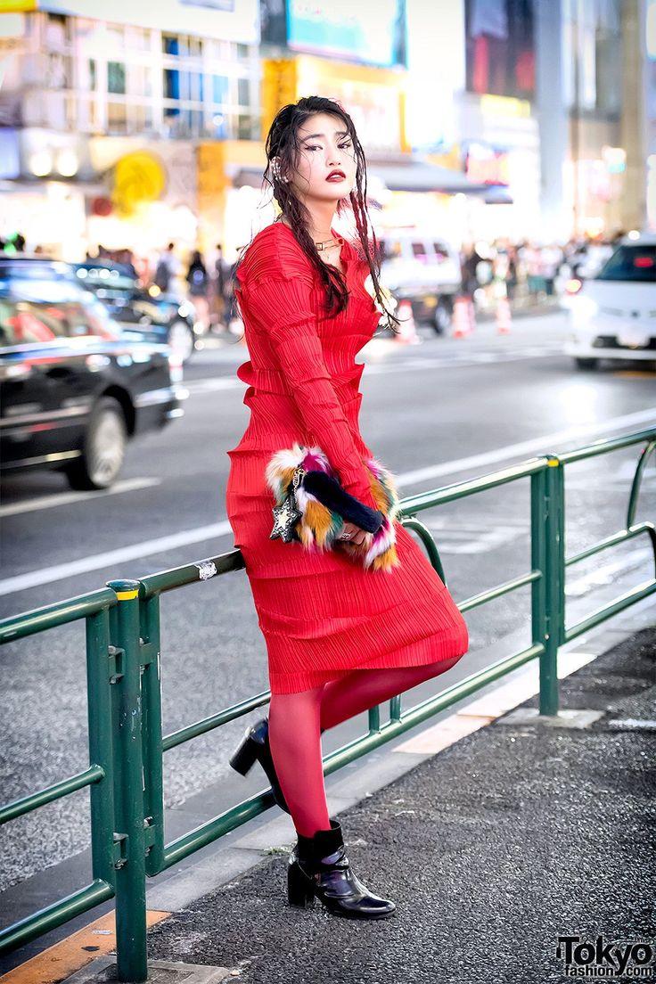 FASHION JEPANG - GAYA GLAMOUR DENGAN DRESS MERAH DARI ISSEY MIYAKE | ARTFORIA.COM  Berita Fashion Jepang – Chiaki adalah seorang pustakawan dan model Jepang yang terlihat di jalanan Harajuku, tampilan Chiaki terlihat sangat glamour dan berwarna tajamn dengan memakai gaun merah dari perancang busana legendaris Jepang Issey Miyake, yang kemudian dipadukan dengan celana ketat berwarna merah juga, sepatu bot dari H&M, cincin Chrome Hearts, anting Aoki Yuri, dan kalung geometris Facetasm. Tas…