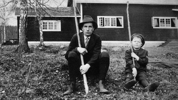 Brunnsvik, Dalarna 1917. Författaren Dan Andersson vid avslutningen av Brunnsviks vinterkurs 1917. Pojken bredvid Andersson är okänd.Foto: Karl Lärka/ Pressens bild/ Scanpix