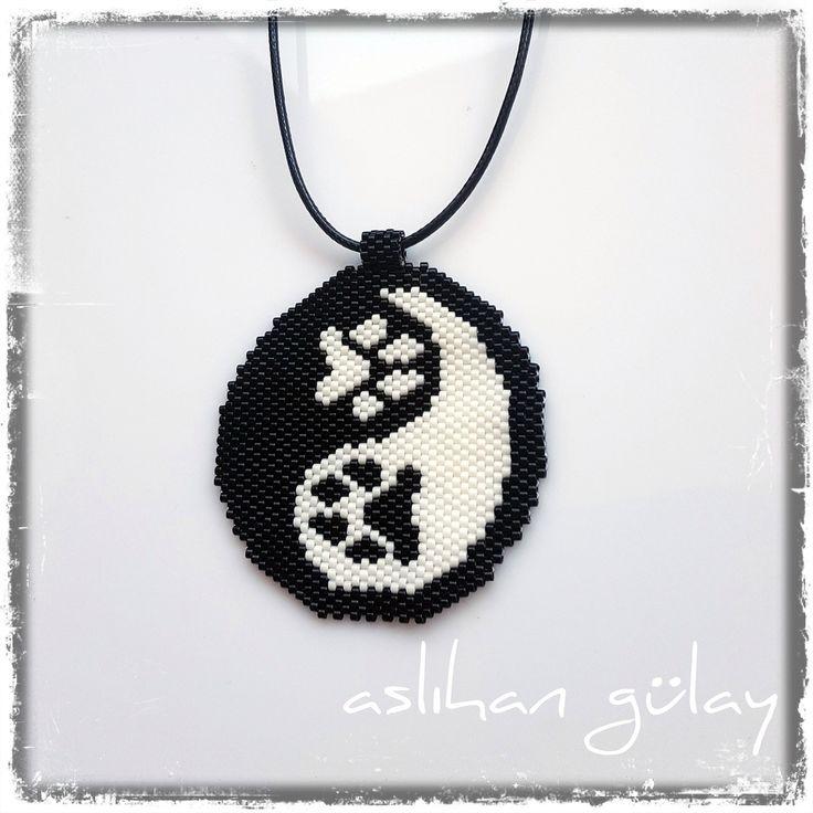Ying yang paw print, brick stitch ying yang