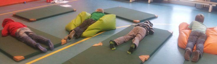 Wil je jouw kind ook leren hoe hij stil kan zitten? 7 tips voor mindfulness met kinderen. http://aandachtzaam.nl/kunnen-drukke-kinderen-stil-zitten/