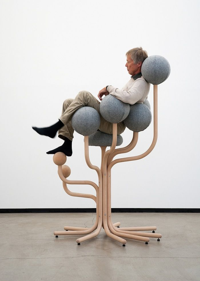 Peter Opsvik designed a chair that supports the upper body with a rounded seat and back. More on ignant.de...