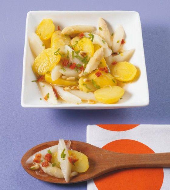Getrocknete Tomaten und Pinienkerne geben dem Salat ein mediterranes Aroma, damit beeindruckst du auf jeder Grillparty!
