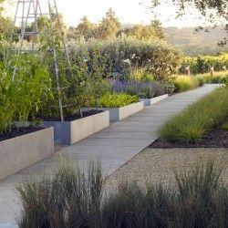 Medlock Ames Tasting Room and Alexander Valley Bar autorstwa pracowni Nelson Byrd Woltz Landscape Architects w kalifornijskiej Sonoma County to projekt, który przekształcił dawną stację benzynową w modelowy ekologiczny ogród warzywny z winnicą i miejscem degustacji lokalnych win. Więcej: http://sztuka-krajobrazu.pl/674/slajdy/architektura-krajobrazu-ndash-winnica-z-ekologicznym-ogrodem