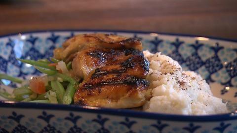 Sharon vervangt de aardappelen voor bloemkoolpuree. Daarbij maakt ze overheerlijke gemarineerde kippendijen en gebakken snijbonen.