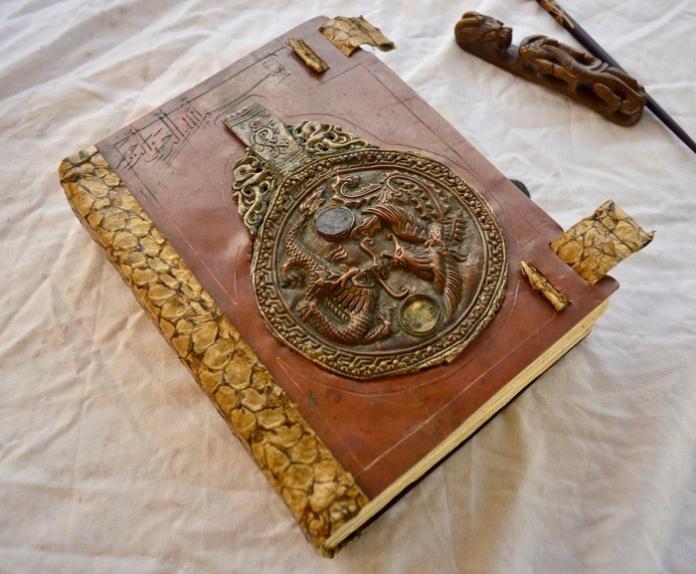 idee om te knutselen, met plaatmetaal, oude munten etc. Denk aan boeken, tassen, doosjes.
