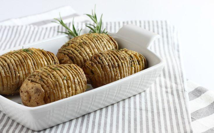 Lavate le patate e strofinatele con un canovaccio in modo da pulire accuratamente la buccia. Incidetele a fettine sottili e regolari. Per aiutarvi potete...