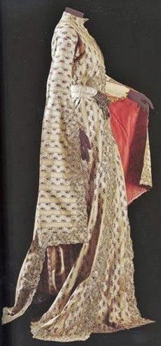 Üçetek entari (robe with three panels).  Brocaded silk.  Late-Ottoman urban dress, with very long sleeves and panels (dragging like a train across the floor).  Such dresses were a status symbol, indicating the wearer did not have to work.  Circa 1900.   (Sadberk Hanim Museum, Istanbul).(Pharyah)