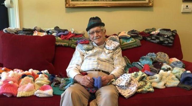 Se jubiló y decidió que usaría su tiempo para ayudar. Tejió más de 50 sombreros para recién nacidos