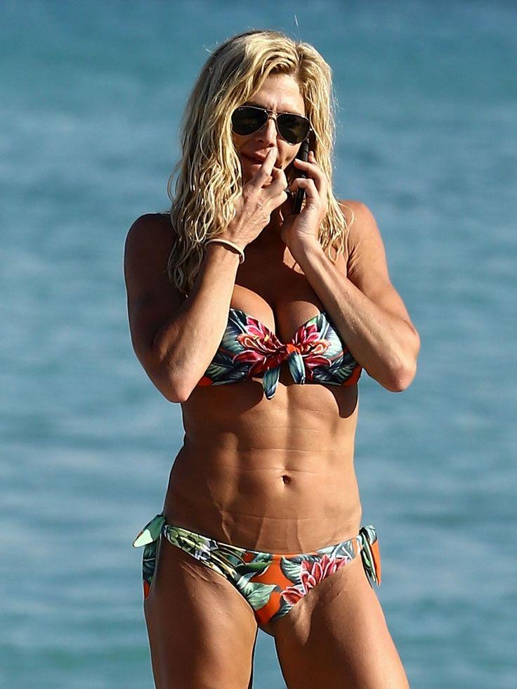 FOTO / O cunoscută luptătoare de wrestling, scene de belea pe plajă! Rămâi mut la aşa posterior