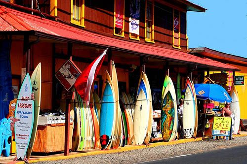 When it comes to shopping, Oahu North Shore has something for everybody! The shops in Haleiwa are housed in old buildings and have everything from surfboards, bikinis, clothing and outdoor accessories, to pearls, gems, and furnishings. North Shore's marketplace has an open-air plaza that is known for its design swimwear and precious and semiprecious jewelry collections.