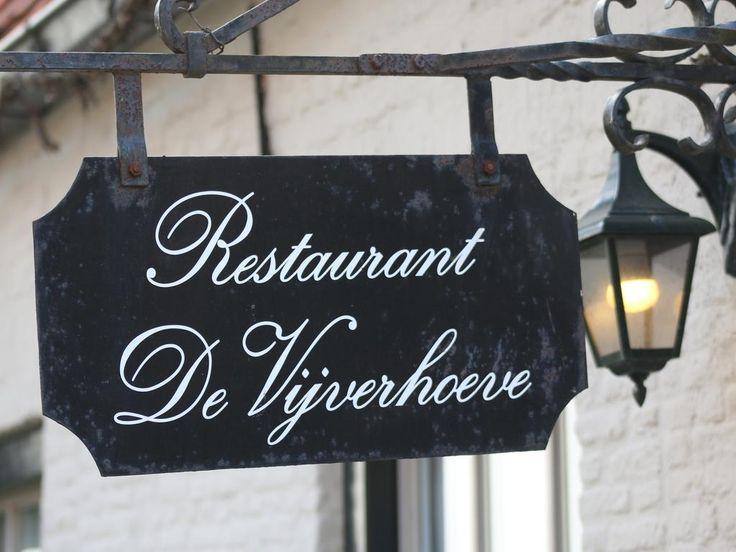 """Von aussen könnte das Restaurant """"De Vijverhoeve"""" in Sint Anna ter Muiden zwischen Sluis und der belgischen Grenze ein perfektes Postkartenmotiv abgeben – es ist ein ehemaliges flandrisches Bauernhaus. Innen reizt """"De Vijverhoeve"""" mit bester authentischer Küsten-Küche Seeländisch-Flanderns; seit 23 Jahren ist das Restaurant im Familienbesitz von Jan und Caroline Grahame und eine feste Größe …"""