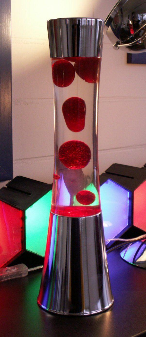 Neue Niedervolt Lavalampe BLISS mit 39,5cm Höhe. Standfuß und Kappe in silberfarbigem Aluminium. Lieferung inkl. Leuchtmittel!  Energieeffizienzklasse C - Spannung 12 Volt - Höhe 395 mm - Durchmesser: 110 mm - Leuchtmittel: 35 W 12 Volt - Sockel: GY6,35 - Farbe: rot/klar