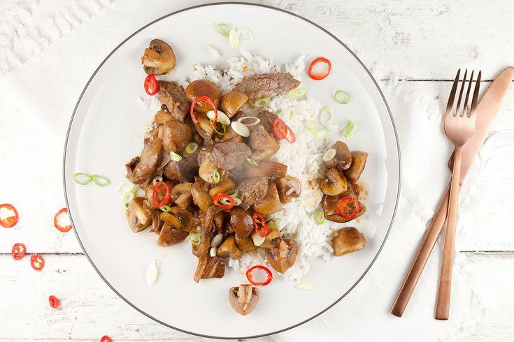 Een simpel gerecht dat binnen een half uur op tafel staat, ideaal voor doordeweeks dus. Rijst met paddenstoelen, biefstuk en sojasaus zit boordevol smaak.