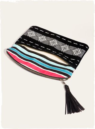 Handwoven na Guatemala, os sacos de embreagem foldover mostrar geometrics maias, feitas de couro moderna com tasseled topos de correr e forro cheio.  Os rendimentos beneficiam mulheres guatemaltecas artesãos.