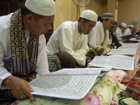Al-Quran adalah kalam ALLAH.  Padanya ada suruhan, larangan, iktibar dan pedoman buat manusia secara umumnya, dan buat mukminin khususnya.  Membaca dan menghayati al-Quran tentunya menatijahkan kebaikan yang teramat banyak buat sesiapa yang melaziminya..