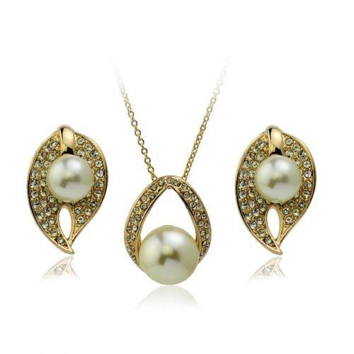 Un superb set de bijuterii placate cu aur, perle si Austrian Diamonds, format din lantisor cu pandantiv si cercei, deosebit de fin si rafinat http://www.bodyandbijoux.ro/nou-set-bijuterii-crystal-and-pearl.html