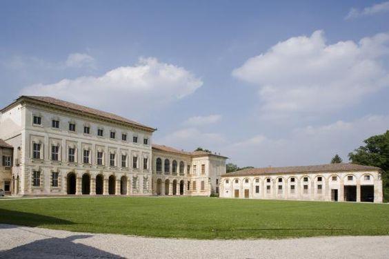 Nel borgo agricolo di Illasi emerge la grandiosa villa Pompei Sagramoso ampliata nel 1737. L'edificio padronale a portico si prolunga nelle due ali laterali, di cui quella orientale è più antica. Un grande parco si estende sulla collina che conserva le rovine dell'antico castello scaligero....>: