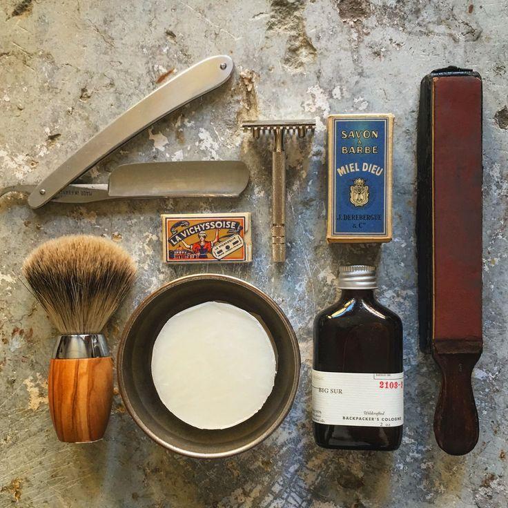 En god barbering kræver ordentligt grej. Her finder du alt det udstyr du skal bruge.  Shaving Private Ryan - or barbershop harmony ...! Bits and bobs for the man about the house. #shave #aftershave #razor #razorblade #razorknife #shavingsoap #shavingbrush #tibberuphoekeren #lepetitcommerçant #derkleinekrämer #smallshopkeeper #visitelsinore #visittibberuphoekeren @jourdebroc @marinette_vintage @atelier_de_papy