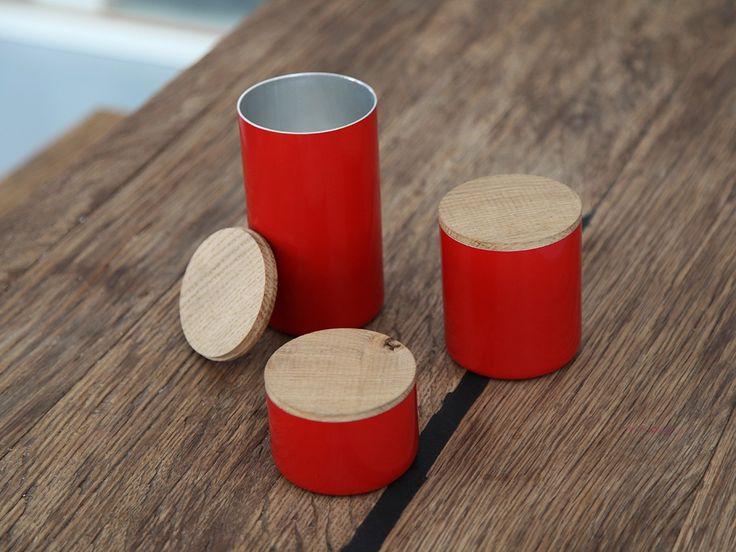 Die Dosen FIRE sind originell und dekorativ für jeden Raum.Die recycelte Feuerlöscher dienen als Halter für z.B. Stifte/Kochlöffel oder als Box zum Aufbewahren von schönen Dingen. Nicht geeignet für Lebensmittel. Maße (ohne Deckel) & PreiseDose S - Preis 9,00 EuroH 5 cm, Durchmesser 8 cmDose M - Preis 12,00 EuroH 9 cm, Durchmesser 8 cmDose L - Preis 15,00 EuroH 14 cm, Durchmesser 8 cmMaße Holzdeckel Stärke 3mm, Durchmesser 8 cmVerpackungseinheit1 Dose FIRE + Deckel in Eiche