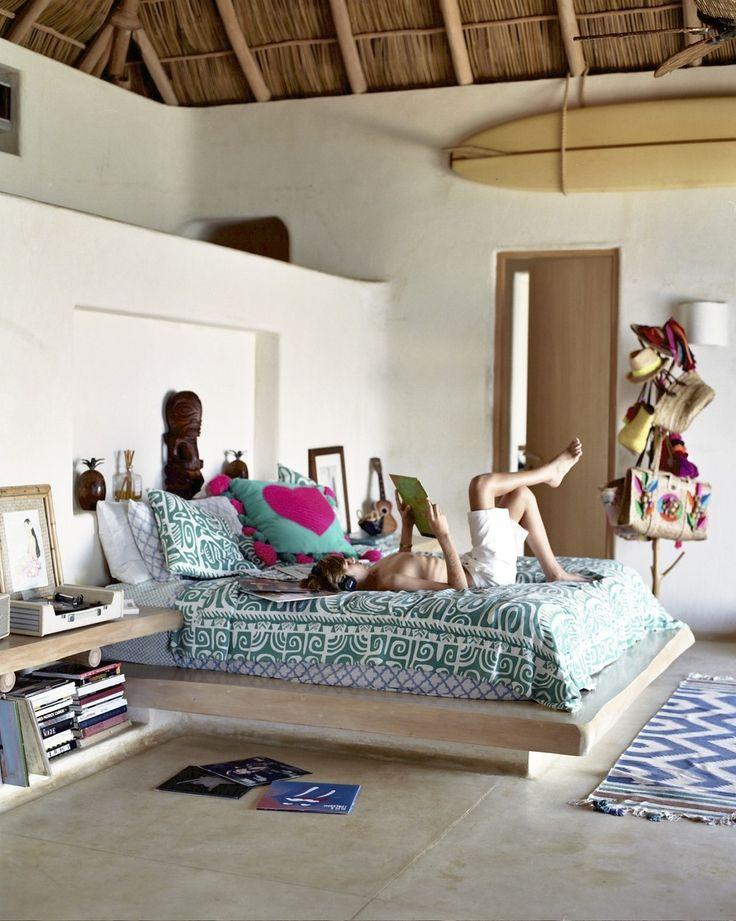 In de ouderlijke slaapkamer luisteren de jongens graag muziek op het oude pick-upje. De houten beelden zijn tiki's uit Tahiti, het beddengoed is van Roberta Roller Rabbit, het hartkussen Revolución del Sueño.