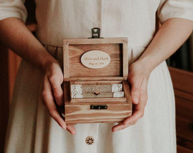 Boîte de bague de mariage personnalisé. Support de bague en bois avec des coeurs. Porteur de l'anneau rustique. Boîte romantique. Personnalisation manuscrite unique.