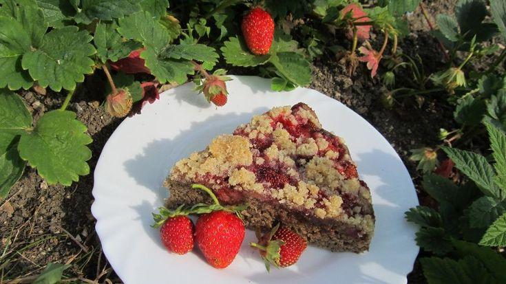 Sezóna jahod je v plném proudu. Pokud se vám poštěstilo a máte přebytek jahod, zkuste si z nich udělat rychlý zdravý koláč. Je bez klasické bílé mouky a i díky tomu chutná prostě dokonale!