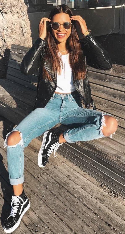 Casual Style Addiction – Lederjacke und weißes T-Shirt sowie zerrissene Jeans und Sneakers