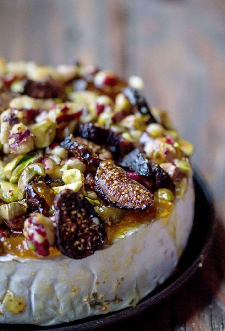 No mundo dos queijos, Brie é o rei. É cremoso e tem o dom de receber ingredientes especiais deixando tudo mais delicioso ainda! A seguir, você confere 2receitinhas para fazer com o queijo brie. Confira: 1. Brie assado com nozes, figo e pistache :: Ingredientes :: 1 queijo brie (250 gramas) 1 mão cheia de pistache 1 mão cheia de figo seco 1 mão cheia de nozes geleia de figo :: Como faz :: Pré-aqueça o forno a 180ºC e retire o queijo brie da embalagem; Em um potinho, coloque 6 colheres de…