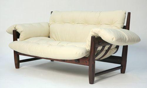 Sofá Mole, Sergio Rodrigues Sofá de dois lugares, em jacarandá maciço torneado, percintas em couro, almofadões no assento, encosto e braços, unidos numa só peça.  Cerca 1957
