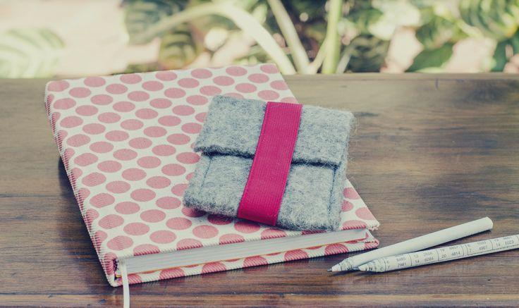 Cuadernos hechos a mano con hojas certificadas FSC forrados en textiles estampados con tintas al agua. Porta celular de fieltro artesanal hecho a mano. (Obra Inspiración Sustentable)