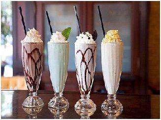 МОЛОЧНЫЙ КОКТЕЙЛЬ ДЛЯ СЛАСТЁН  Ингредиенты:  ● ½ стакана молока  ● 200 г ванильного мороженого  ● 1 небольшой кекс (капкейк)  ● конфитюр (по желанию)  ● сливки (по желанию)  Приготовление:  1. Взбиваем в блендере молоко, мороженое и кекс до однородной воздушной массы.  2. При желании взбиваем сливки.  3. Разливаем по чашкам, добавляем взбитые сливки и сверху посыпаем конфитюром.
