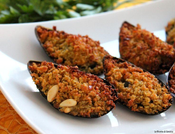 Ricetta con e senza Bimby delle cozze gratinate alla Siciliana, ripiene e cotte al forno. Senza uova. Antipasto, finger food a base di pesce. Economico
