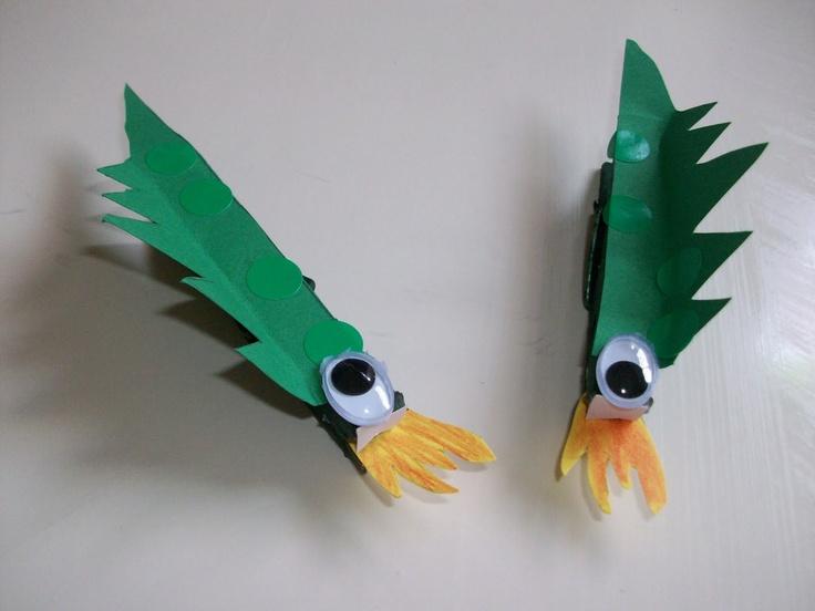 Dracs per Sant Jordi. Amb cartolines retallarem la forma del drac i li posarem ulls artificials per fer-lo mes real.