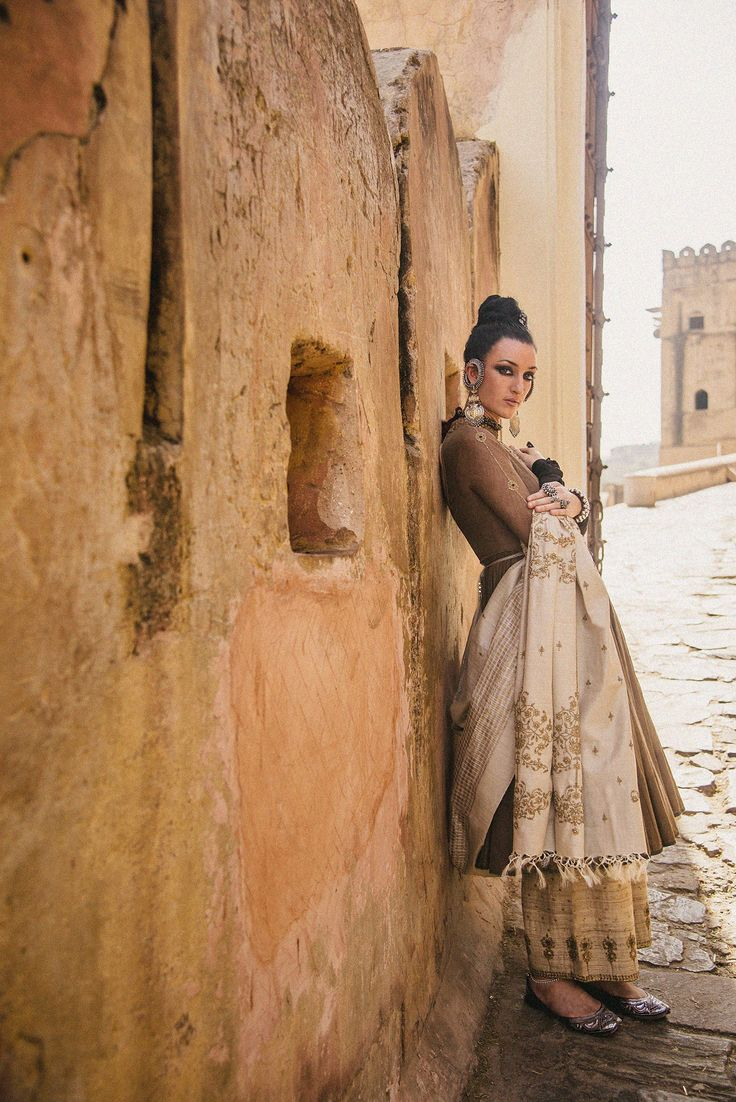 #dhruvsingh #festive #couture #earthy #brown #handcrafted #handwoven #silk #ombre #handembroidered #indiancrafts #indiantextiles #rustic #muted #gold #zari #vintage #inspired #silverjewelry #jaipur #handpainted #amer #fort #monument #love #india  Styled by Dhruv Singh Photography Devansh Jhaveri