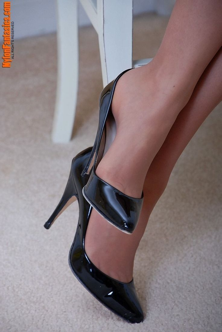 Love4heels Beautiful arches. Those feet need worshipped #highheelbootsstockings #blackhighheelsstockings