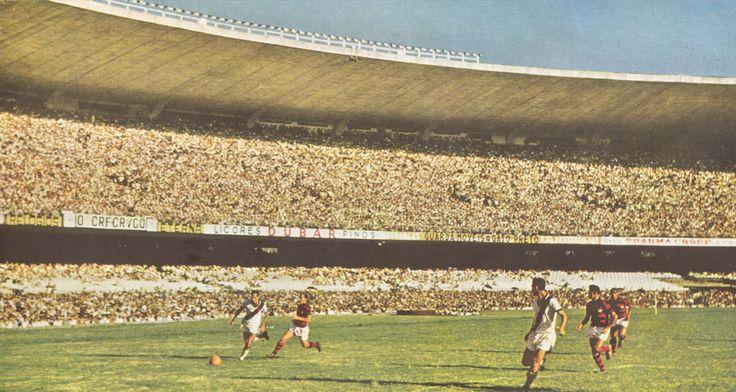 Jogo entre Flamengo e Vasco no Maracanã dos anos 50.