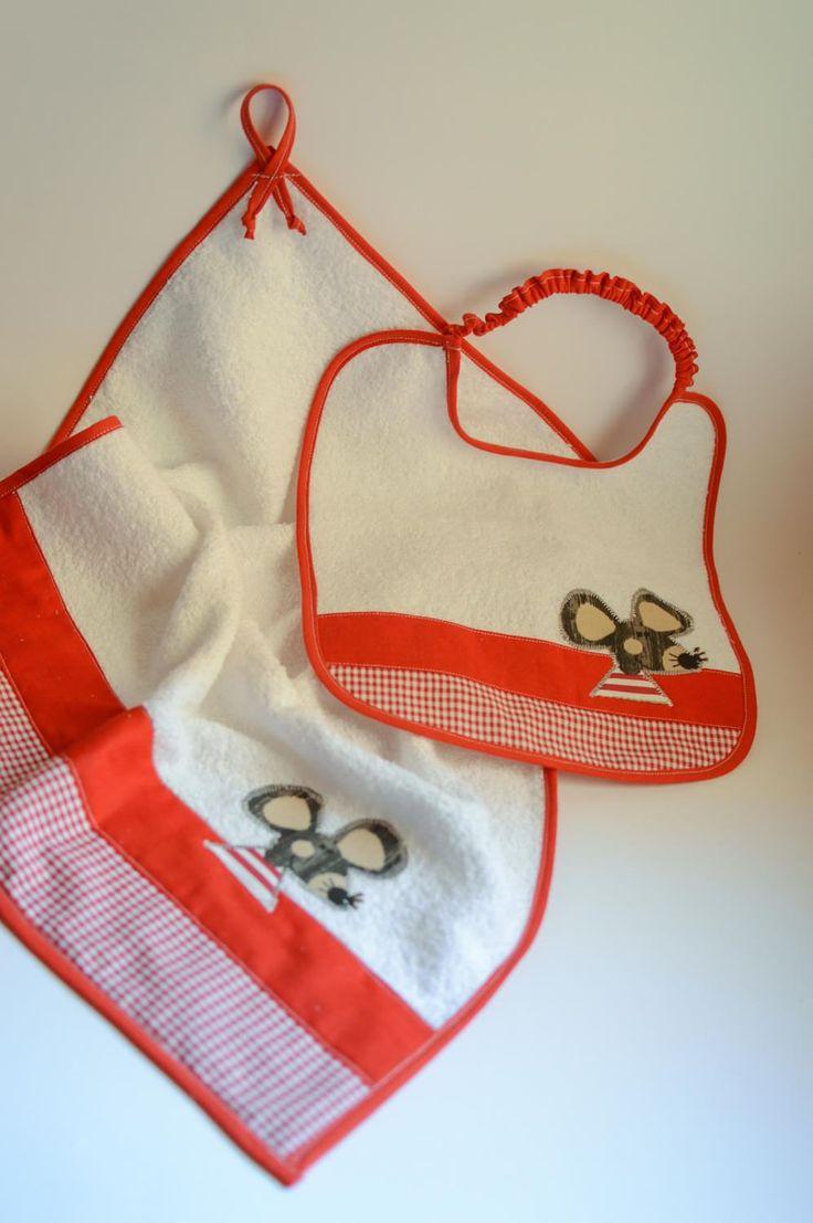 Set asciugamano e bavaglino in spugna fatto a mano e personalizzabile con nome. Tema topolino con tessuto rosso quadrettato di IlFioccodiIleana su Etsy