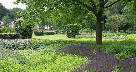 http://www.tuindesign-ten-horn.nl Tuinarchitect - tuinontwerp. Landelijke en parkachtige grote tuin met borders, klassieke elementen en gazon (Limburg).