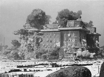 Berlin: Erste Großsprengung des Gefechtsturms (Flakturms) Humboldthain in Berlin-Wedding, 28. Februar 1948.