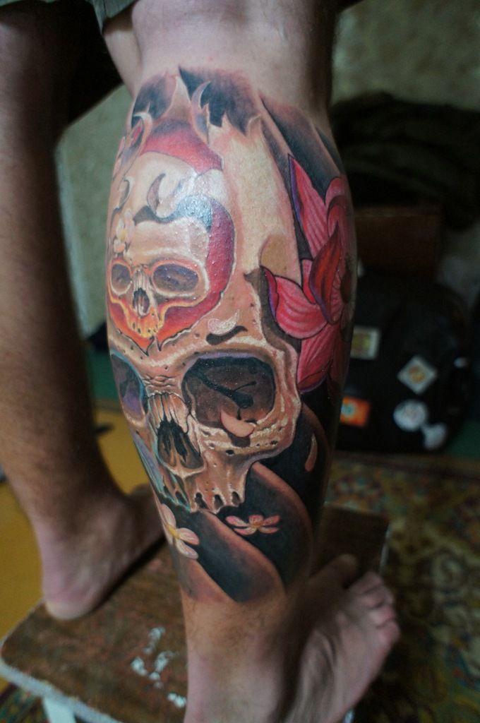 Тату Татуировка черепов и цветов на мужской ноге