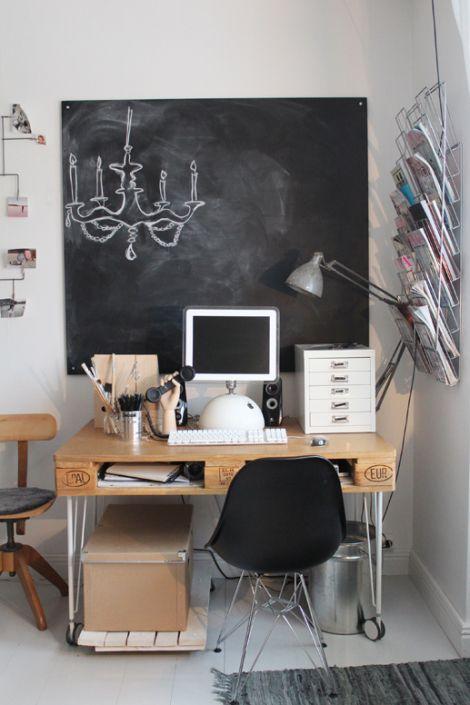 """Photo: palette bureau avec mur recouvert de peinture """"tableau à craies"""" - http://www.decocrush.fr/index.php/2013/03/18/bureau-un-bureau-palette-pas-cher-et-100-pour-cent-recycle/"""