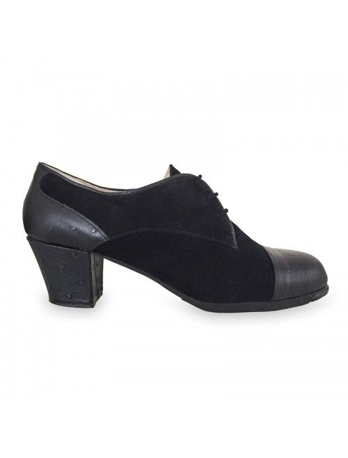 MARIA DANGLA   Zapato flamenco de mujer en avestruz negro y ante negro #flamenco #zapatosflamenco #flamencoshoes #zapatospersonalizados #zapatoartesanal #flamencousa #フラメンコシューズ #フラメンコ #flamencojapan #фламенко #фламенковмоскве