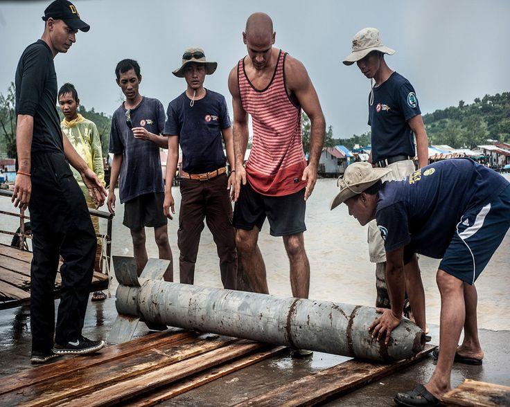 Αυτό το ψάρεμα είναι λίγο.. διαφορετικό: Οι δύτες - ναρκαλιευτές που ρισκάρουν την ζωή τους στα απύθμενα ύδατα της Καμπότζης - Προπαγάνδα