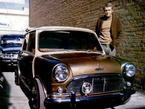 austin-mini: Steve Mc Queen a eu une mini. Entièrement personnalisée avec un brun moyen et un toit beige. L'intérieur fut aussi revu, il était en vinyle marron. Le modèle de Steve Mc Queen est une Cooper S 1275 MK1. L'acteur a décidé de ne pas avoir de plaque d'immatriculation, car il trouvait que ça altérait le look de la petite mini.