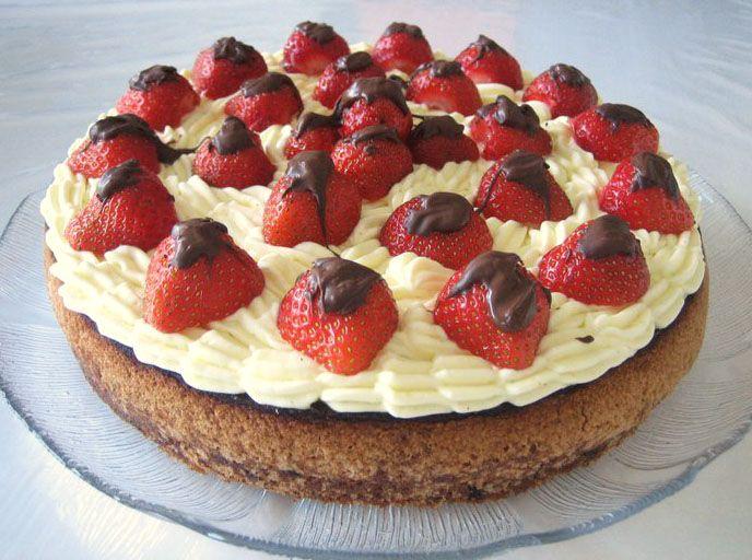 En nem og lækker kage meddejlige friske jordbær  Passer til springform ca. Ø22 cm   Synes dennekage/opskrift fortjener at blive genudgive...