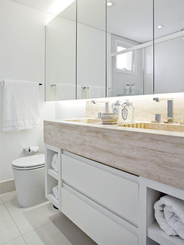 O espelho (2 m de largura) toma a parede acima da cuba de ponta a ponta e abriga, em seu recuo, a iluminação indireta. No piso e nas paredes do boxe, porcelanato 60 x 60 cm Bianco Tu (Portobello).